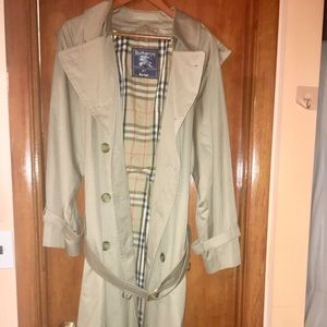 Burberry Vintage Authentic Trench Coat. Sz. Medium